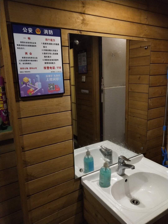 深圳洗手间广告 如何在洗手间里做一个成功的广告 卫生间广告制作找华盾广告公司