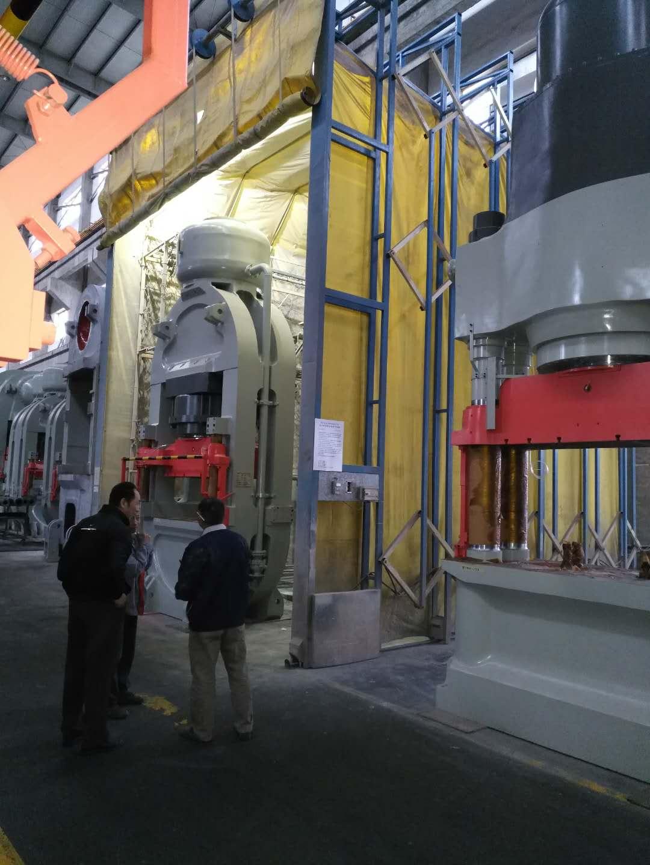 移动式伸缩喷漆房在轨道上移动操作 大门为闸门式柔性大门 可以在任意地点喷漆加工